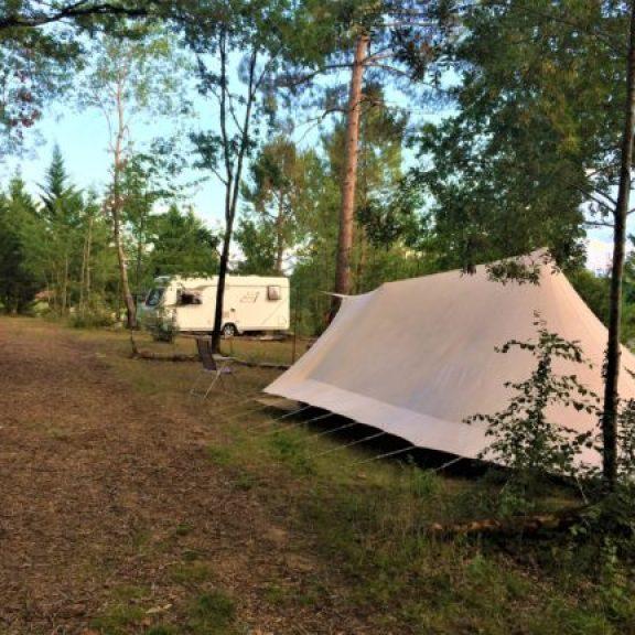 kampeerplaatsen met zon en schaduw